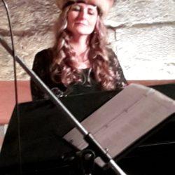 Luise Härtwig am Klavier