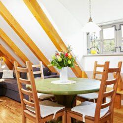 Fewo 1 Wohnzimmer mit Essbereich und Couch